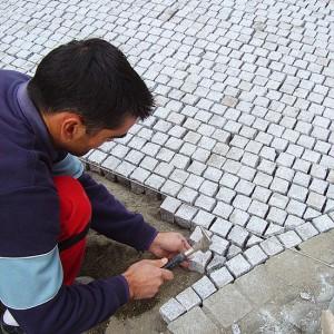 """Skaldyto granito trinkelės, aikštė įrengimas, meistras dirba, """"KOVAS"""" UAB"""